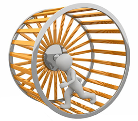 Homme marchant dans une roue de hamster