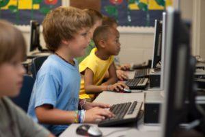 Enfants en train d'apprendre avec un ordinateur